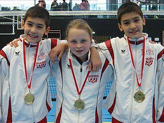 Die Goldmedaillensieger Luka Leko (li.), Lena Schwetz und Dominik Leko.